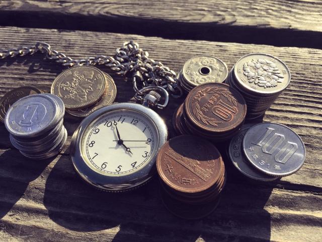 懐中時計と小銭の画像