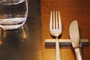 外食時のナイフとフォーク