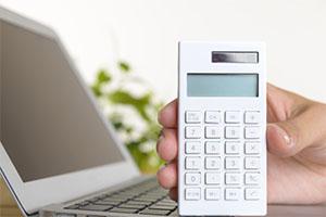 税金を計算する電卓とPC